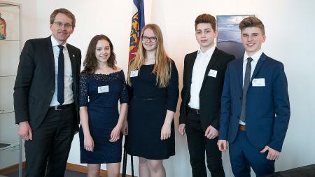 Ministerpräsident Günther mit den Schülern des Coppernicus-Gymnasiums.