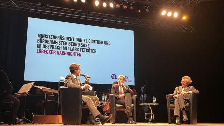 Ministerpräsident Günther (m.) im Gespräch mit Bürgermeister Bernd Saxe (r.) und Lars Fetköter.