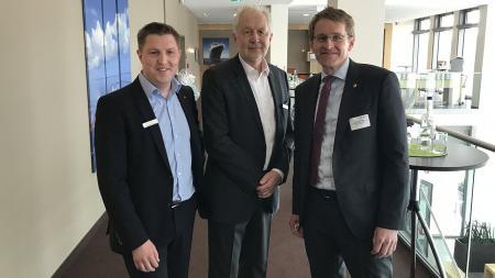 Ministerpräsident Daniel Günther (r.) verabschiedete Günther Ernst-Basten (Mitte) in den Ruhestand. Nachfolger wird Michael Saitner (l.).
