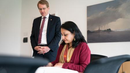 Im Beisein von Ministerpräsident Daniel Günther trug sich die indische Botschafterin in das Gästebuch der Landesregierung ein.
