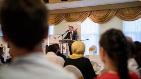 Ein Mann steht an einem Rednerpult
