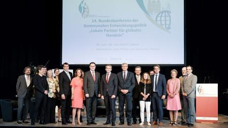 Ministerpräsident Günther (Mitte) mit Dr. Bernhard Felmberg (BMZ),Bürgermeister Jan Lindenau und Mitgliedern des Programmbeirats der Servicestelle Kommunen in der Einen Welt von Engagement Global.