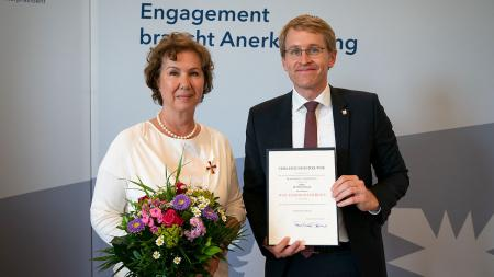 Ministerpräsident Daniel Günther überreichte Bettina Frank den Bundesverdienstorden.