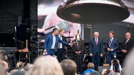 Ministerpräsident Günther und Bundespräsident Steinmeier bei der Eröffnung der Kieler Woche auf der Rathausbühne.