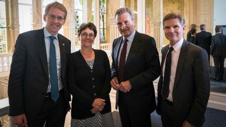Menschengruppe: Ministerpräsident Günther (v.l.), Finanzministerin Heinold, EU-Kommissar Oettinger und Sozialminister Dr. Garg.