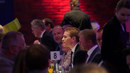 Ministerpräsident Daniel Günther beim Austausch mit Gewerkschaftsvertretern.