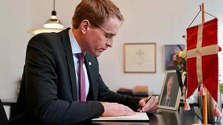 Ministerpräsident Daniel Günther trägt sich in das Kondolenzbuch ein.