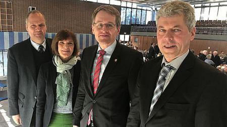 Ministerpräsident Daniel Günther (3.v.l.) mit dem Präsidenten des Bauernverbandes Werner Schwarz (v.l.), Ulrike Röhr, Präsidentin des LandFrauenverbandes und Friedrich Klose, Kreisvorsitzender des Bauernverbandes.