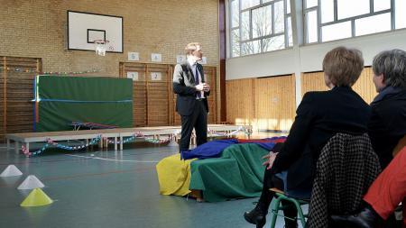 Ministerpräsident Daniel Günther spricht zum Publikum in der Turnhalle der