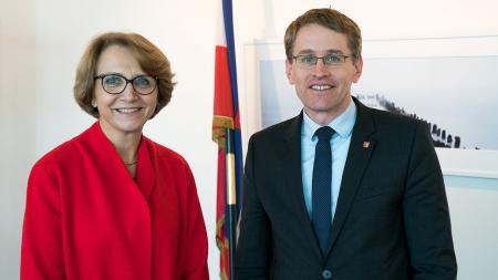 MinisterpräsidentGünther steht neben der französischen Botschafterin Anne-Marie Descôtes.
