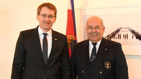 Heinz Maurus steht rechts neben Daniel Günther