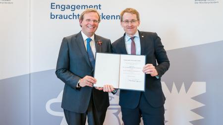 Ministerpräsident Daniel Günther (r.) mit Prof. Dr. Claus von Carnap-Bornheim.