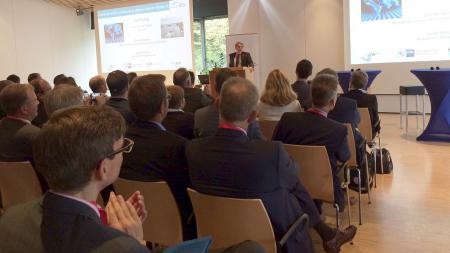 Ministerpräsident Daniel Günther spricht auf dem Global Economic Summit.