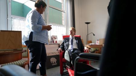 Ministerpräsident Günther ließ sich bei seinem Besuch eine Musterwohnung speziell für Demenzerkrankte zeigen.