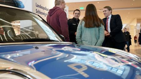 Ministerpräsident Daniel Günther im Gespräch mit den Mitarbeitern der Landespolizei.