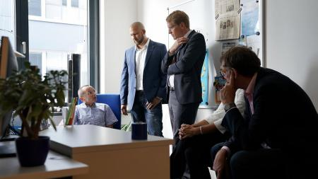 Ministerpräsident Günther (3.v.l.) im Gespräch mit Firmengründer Dr. Granow (l.).