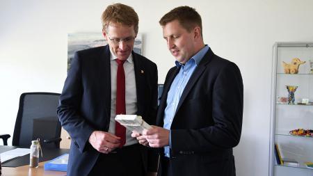 Michael Saitner (r.), Vorstand des Paritätischen Wohlfahrtsverbands überreichte dem Ministerpräsidenten ein Gastgeschenk.