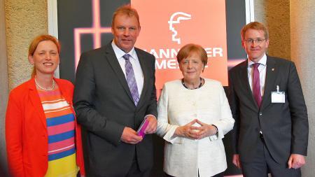 Bildungsministerin Karin Prien (v.l.), CAU-Präsident Professor Lutz Kipp, Bundeskanzlerin Angela Merkel und Ministerpräsident Daniel Günther.