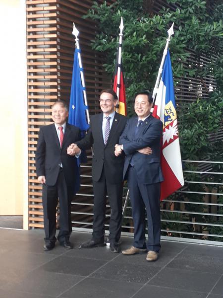 Einen Tag bevor mit den Olympischen Winterspielen Südkorea in den Blickwinkel der Weltöffentlichkeit rückt, war eine Delegation um den Abgeordneten DU-Kwan Kim aus Südkorea zu Besuch in der Berliner Vertretung.