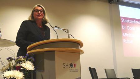 In Berlin hat Bildungsstaatssekretärin Dr. Dorit Stenke für eine intensive Zusammenarbeit zwischen Gedenkstätten und Schulen geworben.