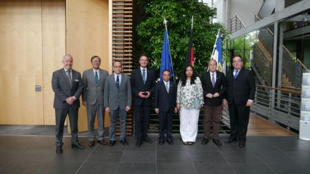 Staatssekretär Ingbert Liebing begrüßt die Gäste aus Myanmar