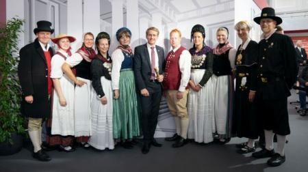 Ministerpräsident Daniel Günther und der Landestrachten- und Volkstanzverband SH