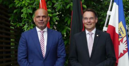 Botschafter Al Ahmed, Abdulla Ali Al-Hameli und Staatssekretär Ingbert Liebing