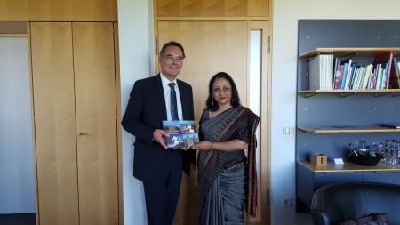 Die indische Botschafterin Mukta Dutta Tomar und Staatssekretär Ingbert Liebing