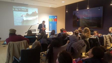 Staatssekretär Ingbert Liebing liest Berliner Schulkindern vor