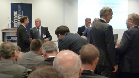 Staatssekretär Ingbert Liebing im Gespräch mit Vizeadmiral a.D. Hans-Joachim Stricker, Präsident des Deutschen Maritimen Instituts