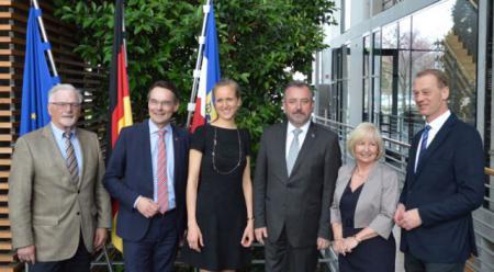 Der Bundesraat för Nedderdüütsch hat zur Unterstützung seiner sprachpolitischen Arbeit ein Niederdeutschsekretariat erhalten, das in der Landesvertretung Schleswig-Holstein beim Bund der politischen Öffentlichkeit vorgestellt wurde.