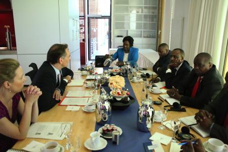 Wie und ob Föderalismus gut funktioniert, ist nicht nur in Deutschland ein Thema. Deshalb war eine hochrangige Delegation aus Kenia zu Besuch in der Landesvertretung, um sich mit Staatssekretär Ingbert Liebing über die Erfahrungen auszutauschen.