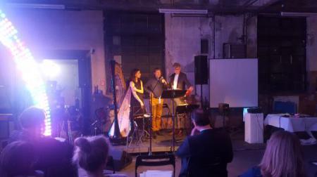 Moderator Steen Lorenzen mit dem Komponisten Ansgar Beste und der Harfenistin Lucie Delhaye