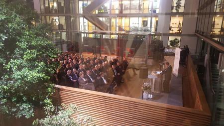 Präsident Uli Wachholtz begrüßt die Mitglieder des UV Nord auf dem Oberdeck der LV