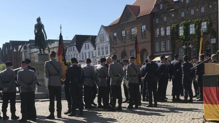 Einige Soldaten stehen auf dem Husumer Marktplatz und sprechen mit dem Innenminister