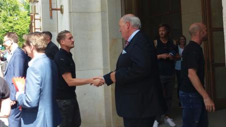 Innenminister Hans-Joachim Grote begrüßt Manuel Janzer.
