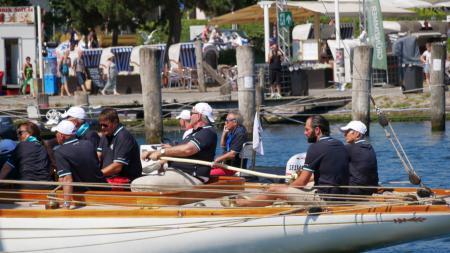 einige Menschen segeln ein Segelboot