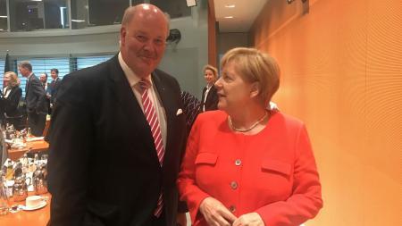 Hans-Joachim Grote steht neben Angela Merkel