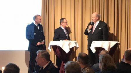 Moderator Stefan Böhnke befragt Hans-Joachim Grote auf der Bühne