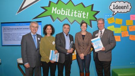 Gruppenbild von links nach rechts mit Hermann-Josef Thoben, Dr. Angela Jain, Werner Schweizer, Staaatssekretärin Kristina Herbst, Hans-Jürgen Kütbach auf der Grünen Woche in Berlin