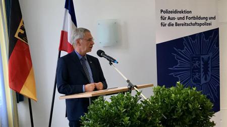 Staatssekretär Torsten Geerdts hält eine Rede.