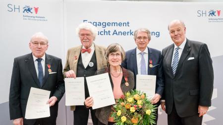 Innenminister Hans-Joachim Grote mit Dr. Peter Aldenhoff (Panten), Ute Diederich (Uetersen), Helmuth Freitag (Niebüll) und Dieter Schmiedel (Kiel)