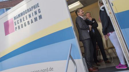 Minister Dr. Garg besichtigt eine mobile Screening-Einheit