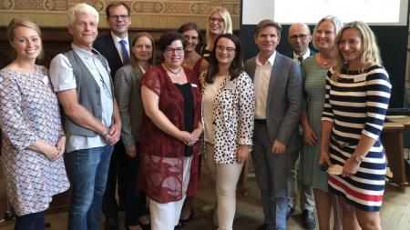 Minister Dr. Heiner Garg (4.v.r.) informierte sich in Neumünster über die Arbeit in den Familienzentren