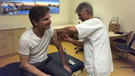 Minister Dr. Garg beim Impfen