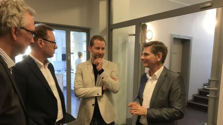 Minister Dr. Garg (rechts) im Gespräch mit der Klinikleitung der Parkklinik Kiel