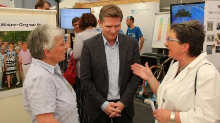Minister Dr. Garg im Gespräch mit Messe-Ausstellern