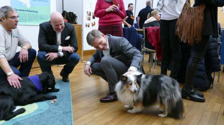Tierische Begegnung bei der Verleihung des Altenpflegepreises