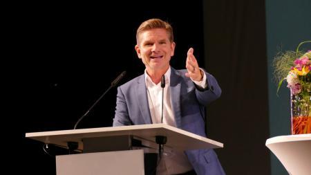 Minister Heiner Garg am Stehpult bei seiner Rede