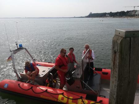 Die Ministerin gemeinsam mit einer Ehrenamtlichen Rettungsschwimmerin und Bürgermeister Volker Owerien.
